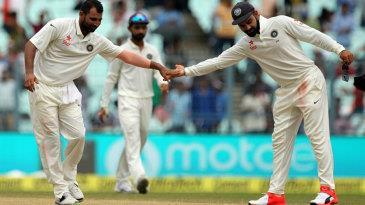 टेस्ट मैच की चौथी पारी में गेंदबाजी करते हुए भारतीय तेज गेंदबाजों ने शानदार प्रदर्शन किया। शासतौर पर शमी अहमद ने अपने गेंदों से बल्लेबाजों को खूब परेशान किया।