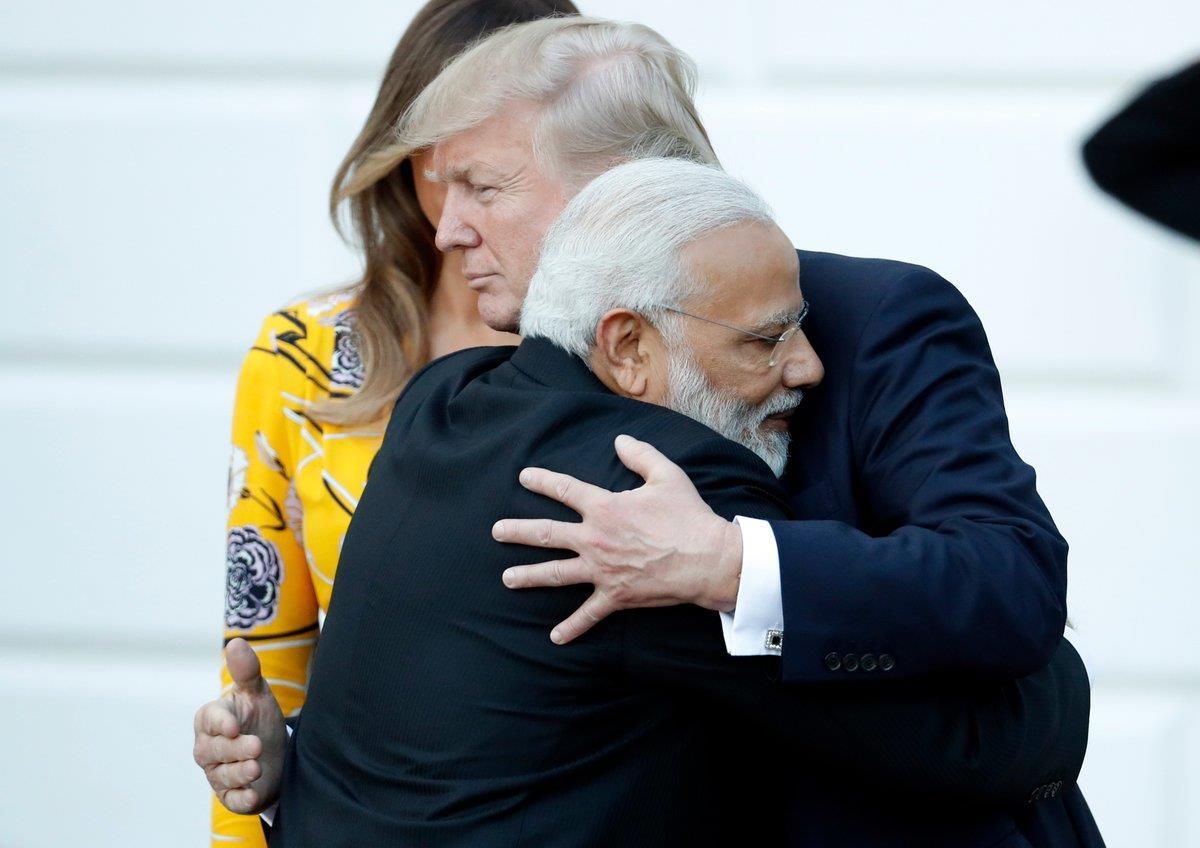 व्हाइट हाउस में दोनों नेताओं की इस मुलाकात के दौरान मोदी और ट्रंप ने एक दूसरे को गले लगाकर एक दूसरे का अभिनंदन किया।