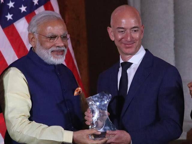 अपनी अमेरिकी यात्रा के दौरान पीएम अमेजन के सीईओ जैफ बोंज से भी मिले। इस दौरान जैफ ने पीएम मोदी से कहा कि वह भारत में 33 हजार करोड़ रुपये का निवेश करेंगे