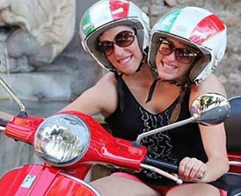 आपने एक जिस्म दो जान वाली बात तो सुनी होगी  लेकिन कभी एक जिस्म दो जान वाली नहीं इस फोटो में दिखाई गई महिलाओं का नाम अबीगैल और ब्रिटनी बेन्सेल है। यह दोनों जुड़वा बहनें हैं। इन दोनों बहनों की गर्दन जुड़ी हुई है।