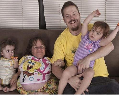 आगे की लिस्ट में स्टेसी हेराल्ड है। यह दुनिया की सबसे छोटी मां हैं। स्टेसी यूएस में रहती है। यह दुनिया की सबसे कम हाइट वाली तीन बच्चों की मां हैं।