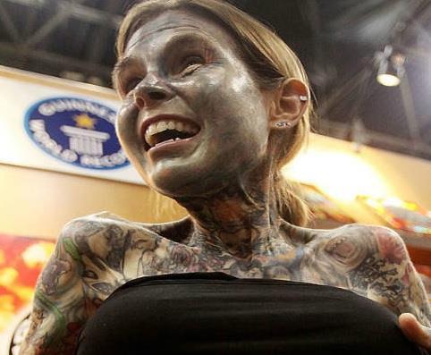 जूलिया गुनूस दूनिया में सबसे शरीर पर सबसे ज्यादा टैटू बनाने के लिए फेमस हैं इनके शरीर का लगभग 95 फीसदी हिस्सा टैटू से ढका है। इसके लिए जूलिया का नाम गिनीज बुक ऑफ वर्ल्ड रिकॉर्ड में दर्ज है।