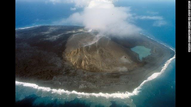 सरट्से आइसलैंड - 1963 में यहां पर पानी के अंदर से अचानक एक ज्वालामुखी फटा। 1967 में जब वोल्केनो बिलकुल शांंत हुआ तो यहाँ पर एक आइलैंड बाकी रह गया।