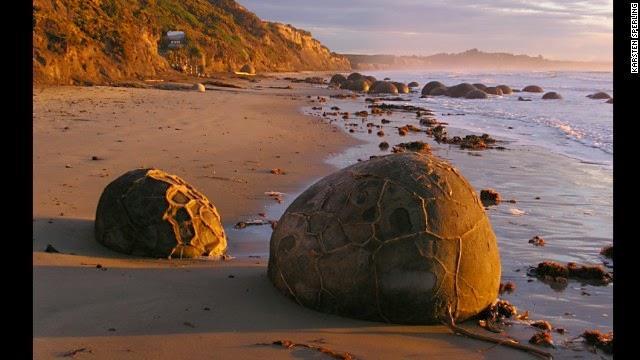 मोराकी पत्थर न्यूजीलैंड - साउथ आइलैंड न्यूजीलैंड के ईस्ट कोस्ट में स्थित कोई कोहे बीच पर 12-12 फीट के पत्थरों का ढेर किसी अजूबे से कम नहीं है। यह पत्थर दिखने में सीप और मोती की तरह है।