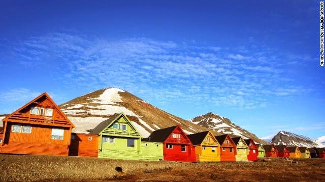 लोंगयेरब्येन नॉर्वे - इस जगह के बारे में कहा जाता है कि यहां 20 अप्रैल से 23 अगस्त तक सूरज अस्त ही नहीं होता है। रात हो या दिन सूरज दिखता ही है।