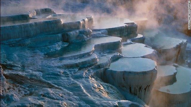 पमुक्कले तुर्की - प्राकर्तिक गर्म पानी के झरने यहां पर हज़ारो सालो से है। इन हॉट स्प्रिंग्स में पानी का तापमान 37 डिग्री से 100 डिग्री के बीच रहता है।