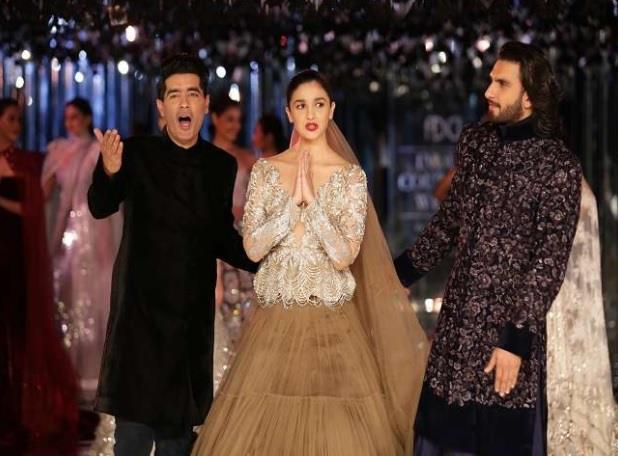 दोनों स्टार्स ने दिल्ली में रविवार को मनीष मल्होत्रा का नया कलेक्शन को पेश करते हुए रैम्प पर चलते नजर आए।