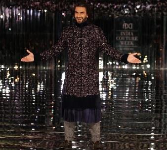 तो वहीं रणवीर सिंह भी ने नीले रंग की शाही स्टाइलिश  शेरवानी में अपने लुक में काफी आर्कषक लग रहे थे।