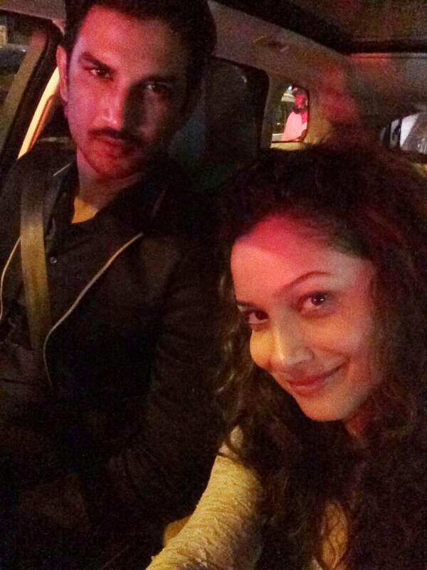 इस फोटो में सुशांत सिंह अपनी पूर्व गर्लफ्रेंड अंकिता लोखण्डे के साथ सैल्फी लेते नज़र आ रहे हैं। दोनों के बीच ब्रेकअप के बाद अब यह जोड़ी साथ नहीं रहती।