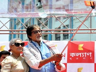 बिग-बी इस फोटो में अपनी पत्नी जया बच्चन के साथ सेल्फी लेते नज़र आ रहे हैं। यह सेल्फी एक इवेंट के दौरान ली गई है।
