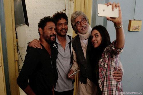 फिल्म 'पीकू' की शूटिंग के दौरान जब स्टारकास्ट को वक्त मिला तो उन्होंने भी बिग-बी के साथ एक फोटो खींचवा ही डाली।