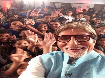 एक इवेंट के दौरान महानायक अमिताभ बच्चन अपने प्रशसंकों के साथ सेल्फी लेते दिख रहे हैं। सोशल मीडीया पर इस फोटो को खूब लाइक्स मिले।