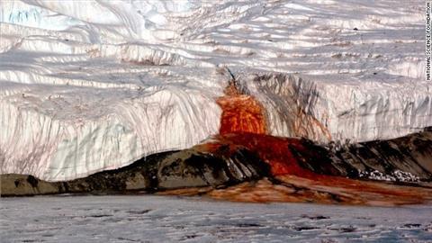 ब्लड फॉल्स अंटार्कटिका - अंटार्कटिका का टेलर ग्लेशियर पर जमी बर्फ में एक जगह ऐसी भी है जहां से लाल रंग का झरना बहता है। इसे देखकर ऐसा लगता है कि इस झरने से खून बह रहा हो।