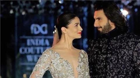 फैशन के गलियारे में यूं तो कलाकार अपना जलवा बिखरते ही रहते हैं लेकिन इस साल india couture week 2017 में धूम मची हुई है। इंडस्ट्री के सभी डिजाइनर यहां एक से बढ़कर एक कलेक्शन पेश कर रहें हैं।