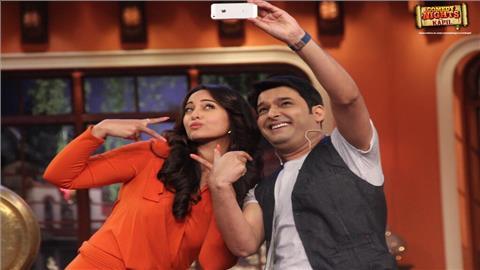 कॉमेडियन कपिल शर्मा को भी हर किसी सेलेब्रिटी के साथ सेल्फी क्लिक करने का शौक है। इस फोटो में कपिल अभिनेत्री सोनाक्षी सिन्हा के साथ सेल्फी लेते नज़र आ रहे हैं।