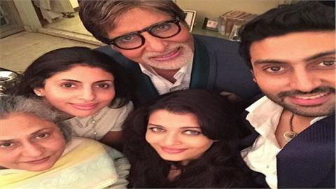 लगता है कि महानायक अमिताभ बच्चन को सेल्फी का ज्यादा ही शौक है। तभी तो देखिए न इस फोटो में वह अपने परिवार के साथ ली गई सेल्फी में नज़र आ रहे हैं।