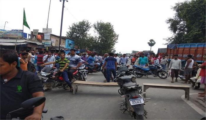 दवा व्यापारी की हत्या के विरोध में भीड़ ने जमकर किया बवाल, एनएच जामकर कई वाहनों में लगाई आग