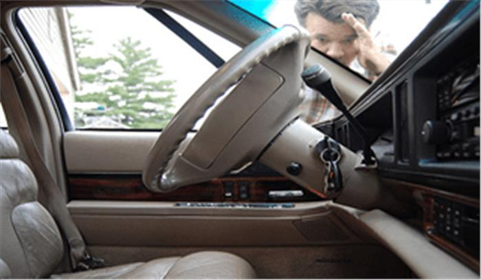 चाबी कार के अंदर भूल जाएं, तो काम आएंगे दरवाजा खोलने के ये पांच आसान तरीके
