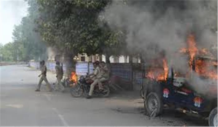 इलाहाबाद यूनिवर्सिटी – हॉस्टल खाली कराने गए पुलिस वालों के साथ छात्रों की झड़प, हवाई फायरिंग के साथ वाहन फूंके
