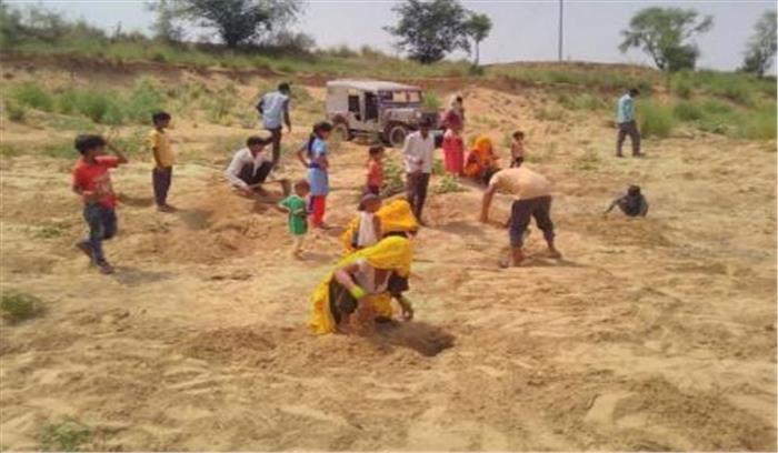 भरतपुर के निकट नदी में खुदाई के दौरान मिले चांदी के सिक्के! ग्रामीणों की भीड़ जुटी