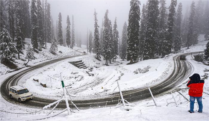 LIVE - नवंबर में ही ठिठुरन के लिए रहे तैयार , कश्मीर के कई क्षेत्रों में भारी बर्फबारी जारी , जम्मू - श्रीनगर हाईवे ठप
