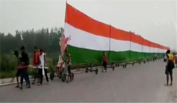दिल्ली-देहरादून हाईवे पर 361 फीट लंबे तिरंगे की धूम, शहीदों की याद में 35 शिवभक्तों ने निकाली तिरंगा यात्रा