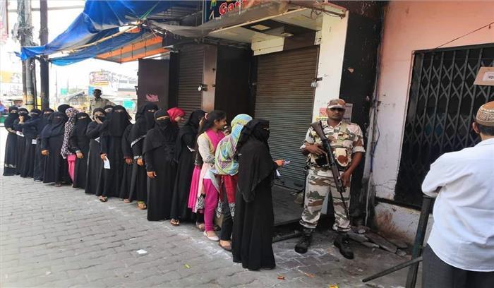 लोकसभा चुनाव 2019 LIVE - शाम 5 बजे तक मतदान केंद्रों पर लोगों की कतार , जानें कहां कितने वोट पड़े
