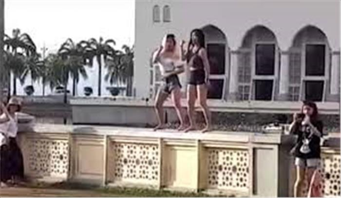 मस्जिद के बाहर लड़कियों ने किया डांस, खामियाजा भुगतना पड़ा पर्यटकों को