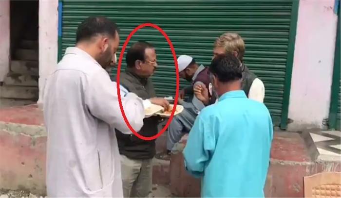 NSA अजीत डोभाल ने शोपियां में लोगों के साथ सड़क पर खड़े होकर खाया खाना , घाटी की स्थिति पर की चर्चा