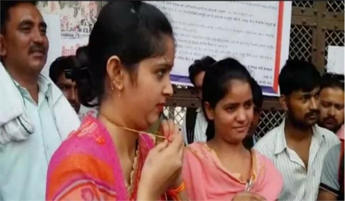 यूपी पुलिस भर्ती परीक्षा में प्रवेश के लिए महिलाओं के उतरवाए गहने और मंगलसूत्र