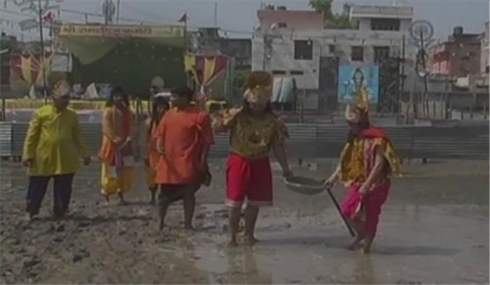 रामलीला मैदान में फैली गंदगी देख राम सेना समेत जुट गए सफाई अभियान में