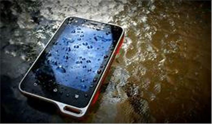 अगर बरसात में भीग जाए मोबाइल तो अपनाएं ये उपाय, सुरक्षित रहेंगे आपके गैजेट