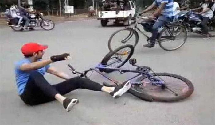 फर्राटा भरने की चाहत में साइकिल से गिरे तेजप्रताप यादव , सोशल मीडिया पर लोग बोले- पिता से बड़ा ड्रामेबाज
