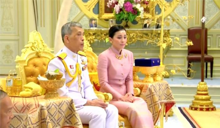 थाईलैंड के 66 वर्षीय राजा ने अपनी बॉडीगार्ड से की शादी , पहले तीन शादी कर दे चुके हैं तलाक