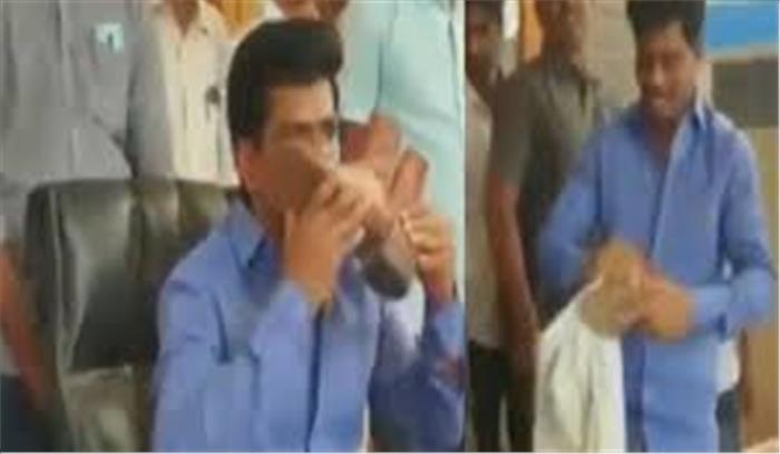 YSR कांग्रेस के सांसद ने पहले साफ किया पुलिसकर्मी का जूता और फिर चूमा , जानें पूरी वजह