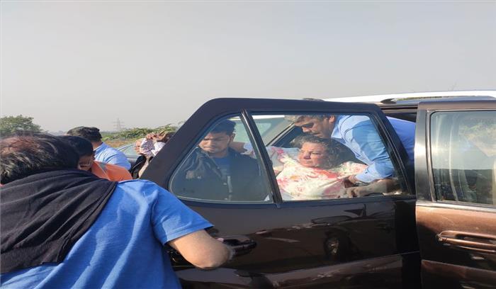 अभिनेत्री शबाना आजमी सड़क दुर्घटना में घायल , कार की ट्रक से हुई टक्कर , जावेद अख्तर सुरक्षित