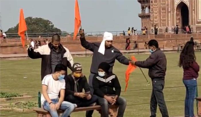 ताजमहल परिसर में फहराया गया भगवा , हिंदू युवा वाहिनी के नेताओं ने लगाए हर-हर महादेव - जयश्री राम के नारे