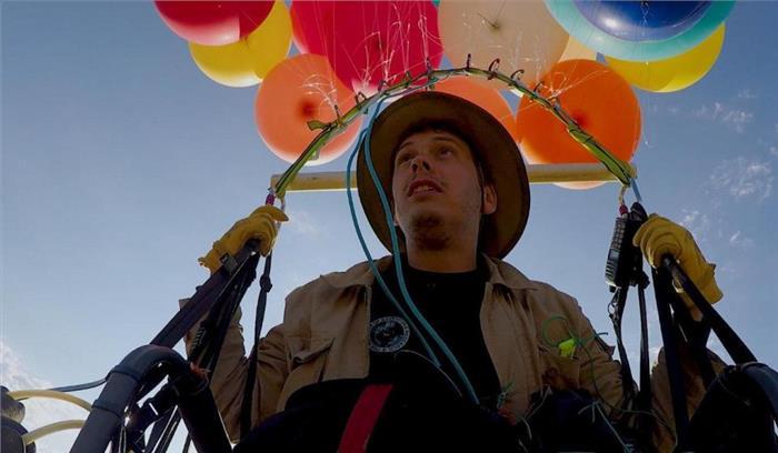हवा में उड़ने का अजीब कारनामा, कुर्सी में बैलून बांधकर 16 मील का किया सफर