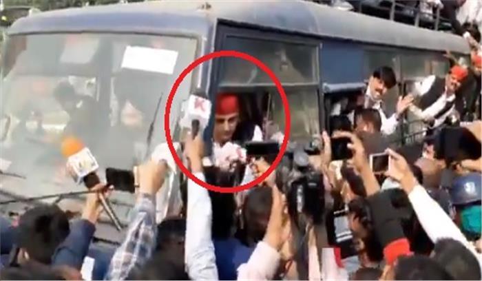 यूपी पुलिस ने पूर्व सीएम को हिरासत में लिया , अखिलेश बोले - ऐ ज़ुल्मी हाकिम तू किस-किस को नज़रबंद करेगा!