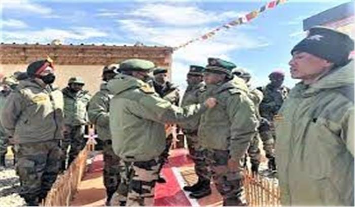 सेना अध्यक्ष नरवणे ने चीनी सैनिकों को धूल चटाने वाले जवानों को सम्मानित किया , अफसरों को चीन से सतर्क रहने को कहा