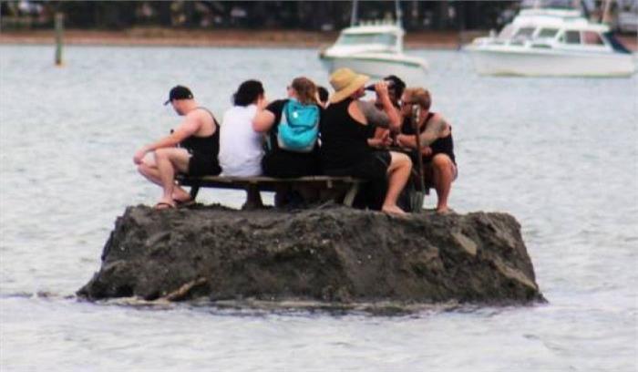नए साल का जश्न मनाने के लिए दोस्तों ने मिलकर निकाला शराबबंदी का तोड़,पानी में बनाया टापू