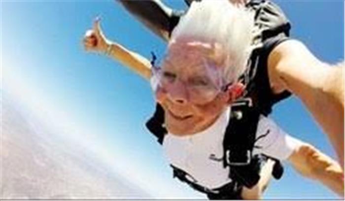 102 साल की दादी मां ने दिखाया गजब का जज्बा, 14 हजार फीट की ऊंचाई से लगाई छलांग