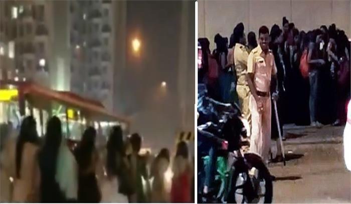 मुंबई पुलिस ने 200 बारबालाओं का सड़क पर निकाला जुसूल , लोग बनाते रहे वीडियो