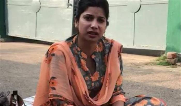 बिहार में DM जमुई की पत्नी घर के बाहर धरने पर बैठी, कहा- ससुसाल वाले कहते हैं मैं छोटे कपड़े पहनी हूं अंग्रेजी बोलती हूं