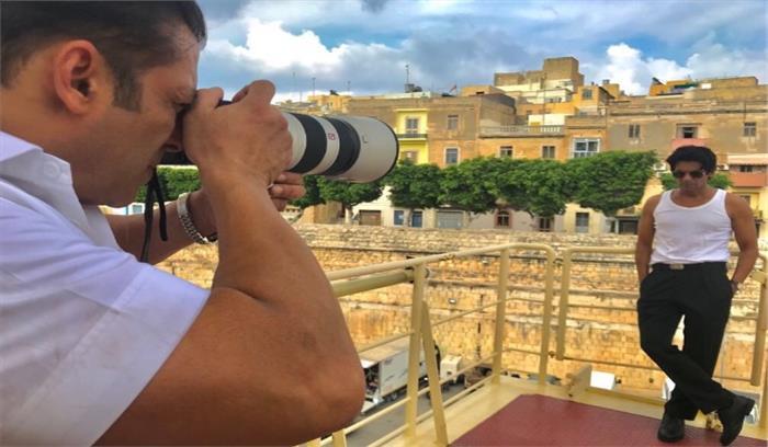 सलमान में किया सुनील ग्रोवर का फोटो शूट, गुत्थी ने ट्वीट कर कहा-सिर्फ फोटोग्राफर को न देखते रहें, जल्द फाइनल फोटो शेयर करूंगा