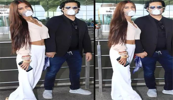 मुंबई एयरपोर्ट पर पति संग दिखी