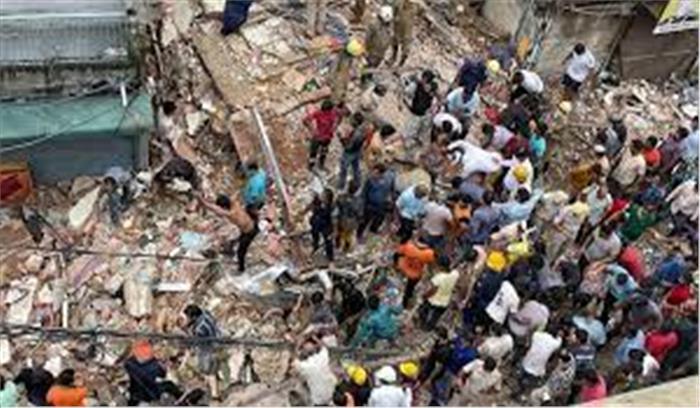 दिल्ली सब्जी मंडी में चारमंजिला इमारत गिरी , कुछ लोगों के मलबे में दबने की आशंका