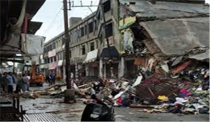 बारिश के साइड इफैक्टः शहादत गंज में दो मंजिला इमारत गिरी, जान बची पर सामानों का भारी नुकसान