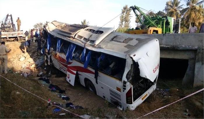 कर्नाटक में अनियंत्रित होकर तालाब में गिरी बस, 8 लोगों की मौत