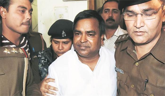 LIVE - यूपी का खनन घोटाला - CBI ने खनन मंत्री रहे गायत्री प्रजापति के घर समेत 22 ठिकानों पर मारे छापे , पूछताछ जारी